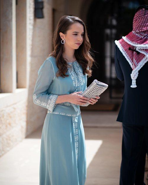 La Princesa Salma de Jordania con un vestido de gasa en tonos azules en el día de la Independencia de su país