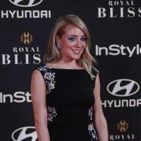 Ángela Cremonte asiste a la fiesta del 15 aniversario de InStyle con un mini vestido negro y maquillaje azul