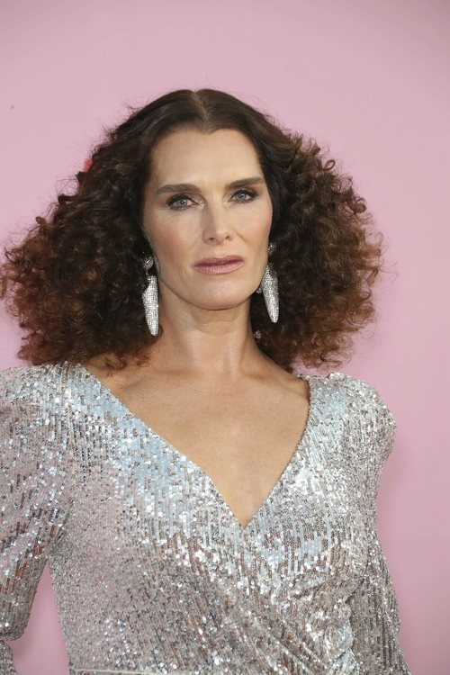 Brooke Shields con pelo rizado en los CFDA Fashion Awards 2019