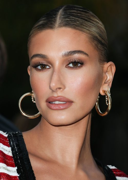 Hailey Baldwin con un make up muy natural en el desfile de Ives Saint Laurent