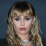 Miley Cyrus con eye-liner azul en el fashion show de Yves Saint Laurent en Malibú