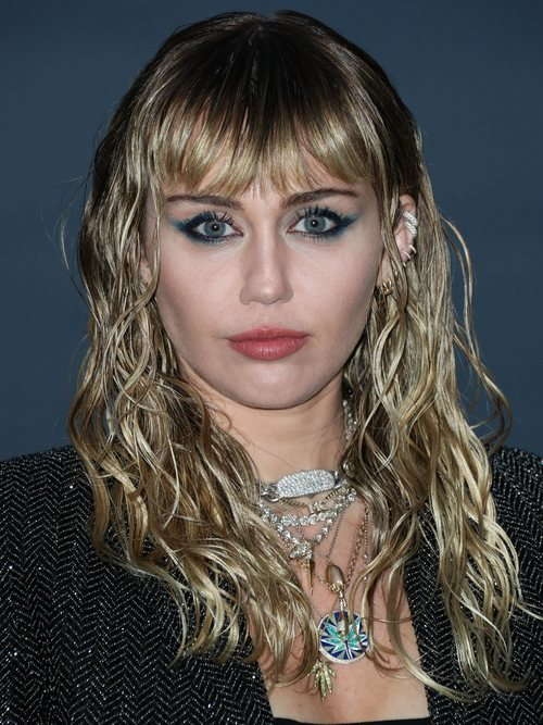 Miley Cyrus con eye-liner azul en el fashion show de Yves Saint Laurent en Malibú