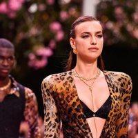 Irina Shayk desfila para Versace en la Milán Fashion Week 2019