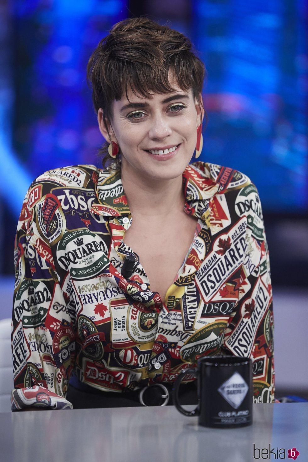 María León con camisa de Dsquared2 y eye-liner dorado en el Hormiguero
