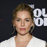 Sienna Miller en la premiere de 'The loudest voice' en Nueva York con vestido griego