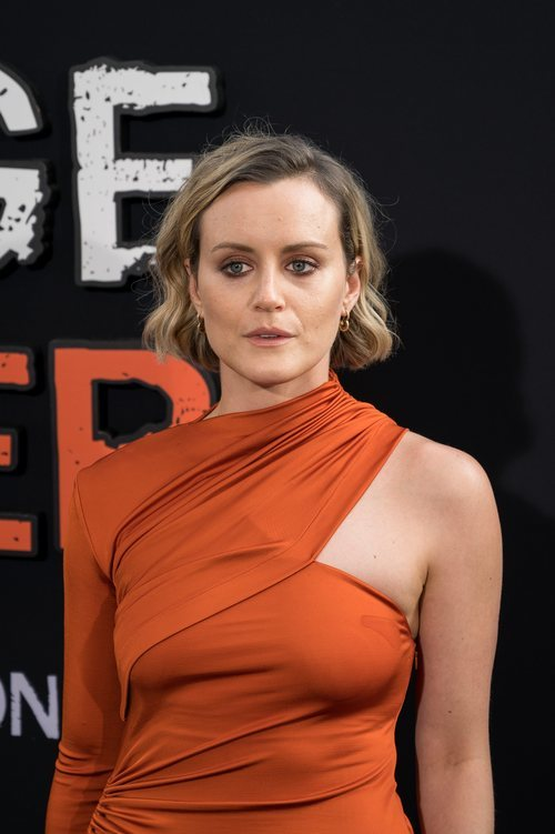 Taylor Schilling con total look en tonos anaranjados en la premiere de 'Orange is the new black'
