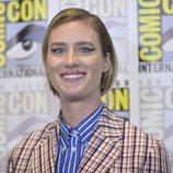 Mackenzie Davis con un delineado gráfico en la celebración internacional Comic-Con en San Diego