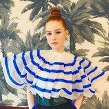 Madelaine Petsch con moño alto pulido y eye-liner azul marino en la Comic-Con 2019 de San Diego