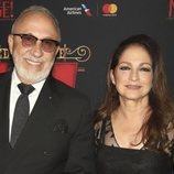 Con un espectacular vestido negro y un beauty look muy elegante, Gloria Estefan acudía a la presentación de 'Moulin Rouge!'