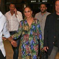 Jennifer Lopez aterriza en Tel Aviv con un beauty look con excesos, lista para un concierto multitudinario