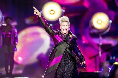 Pink se sube al escenario de Horsens en Dinamarca con un beauty look con exceso de colorete y pelo quebradizo