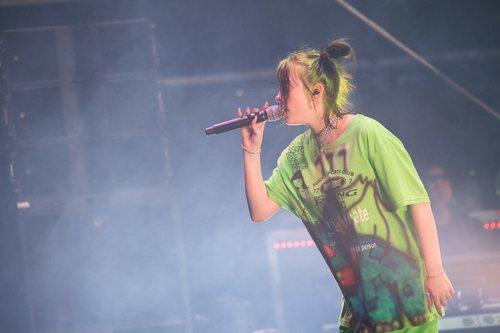 Billie Eilish y su corte de pelo neón en el festival MS Dockville