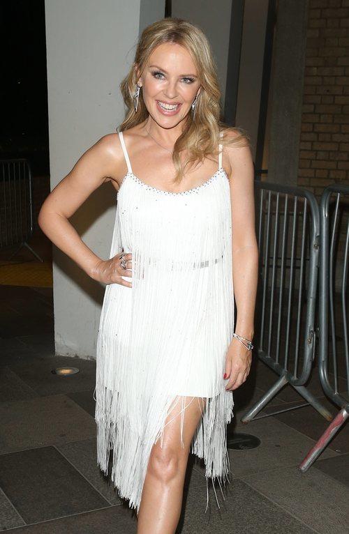 Kylie Minogue con un vestido de inpiración 20's y brillos en el rostro