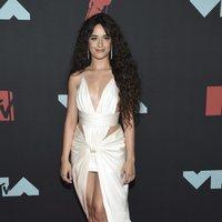 Camila Cabello, maquillaje natural y melena XXL