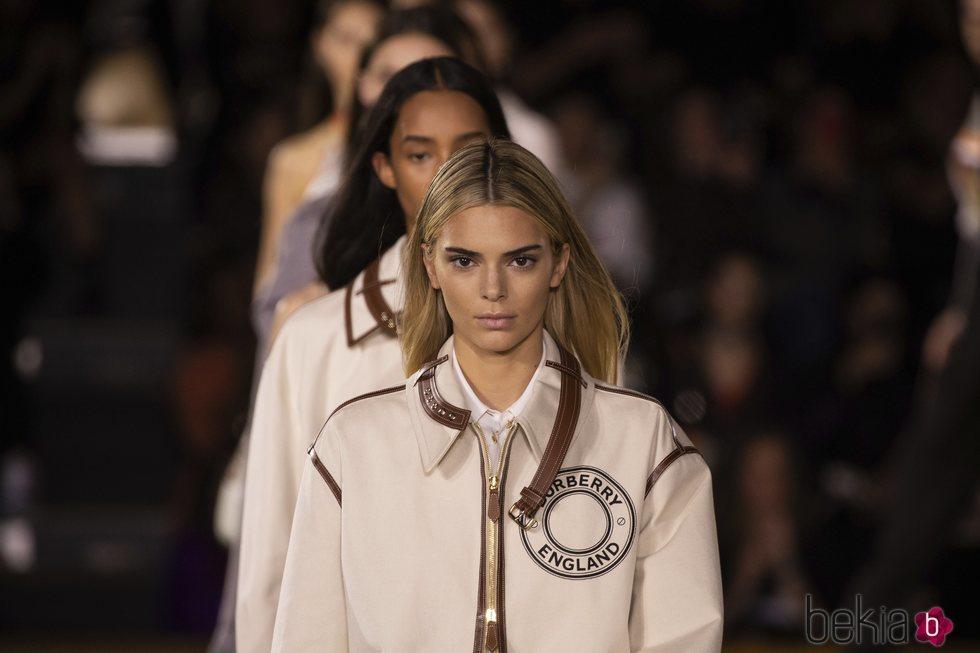 Kendall Jenner luce por primera vez dirty blonde hair en el desfile de Burberry primavera/verano 2021