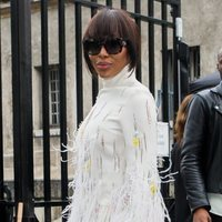 Naomi Campbell con peluca corte bob y flequillo en la Semana de la Moda de París