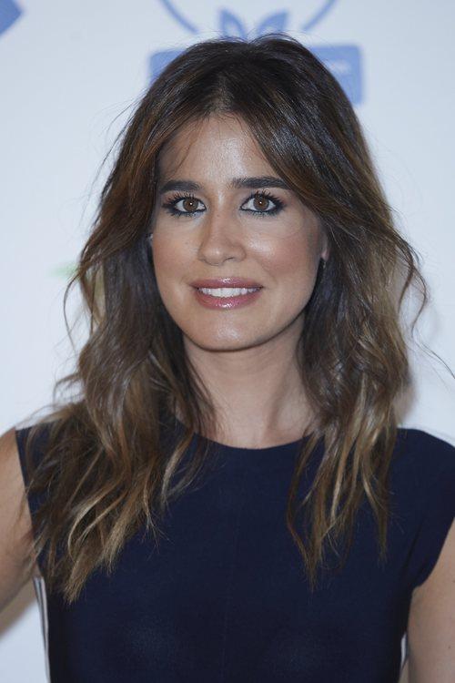 Isabel Jiménez en un maquillaje en tonos rosados en un acto promocional