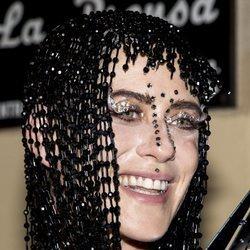 María León con peluca futurista de cuentas en el cumpleaños de Paco León