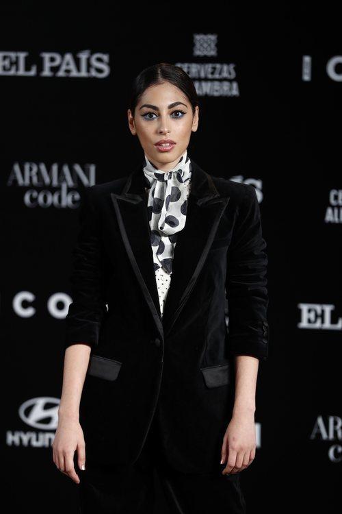 Mina el Hammani con eyeliner azul y cabello recogido en los Premios Icon 2019