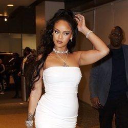Rihanna con vestido blanco y smokey eye de infarto en el museo Guggenheim de Nueva York