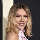 Scarlett Johansson con ondas despeinadas en el estreno de 'Jojo Rabbit' en Los Ángeles