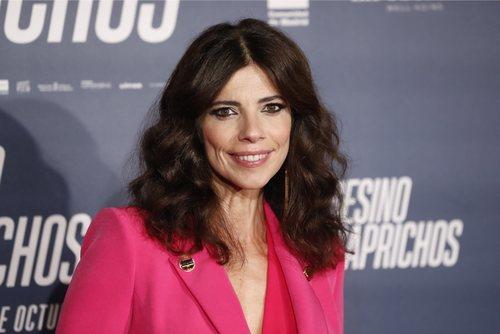 Maribel Verdú con la melena voluminosa en el estreno de 'El asesino de los caprichos' en Madrid