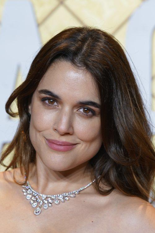 Adriana Ugarte con un maquillaje muy natural con labios rosados en el estreno de 'Hache'