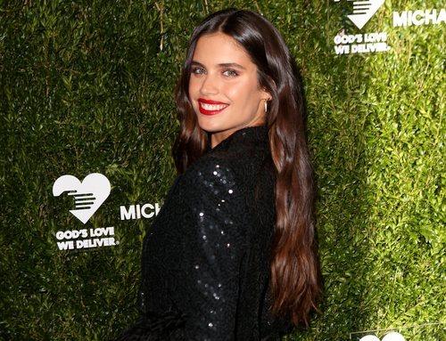 Sara Sampaio con maquillaje natural en los Premios Golden Heart 2019