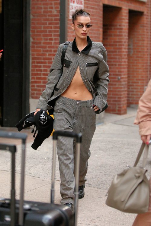 Bella Hadid con la melena sucia recogida en un moño en Nueva York