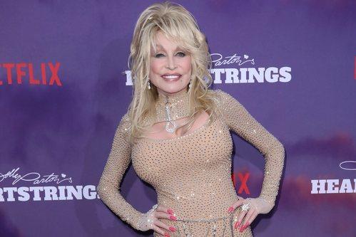 Dolly Parton despelujada en el estreno de 'Heartstrings' de Netflix