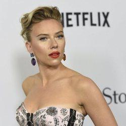 Scarlett Johansson con maquillaje elegante en la premiere de 'Marriage Story' en Los Ángeles