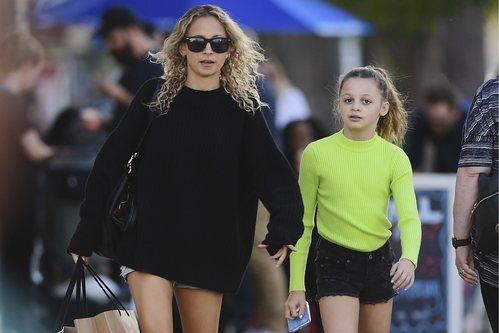 Nicole Richie con melena rizada de paseo por Los Ángeles
