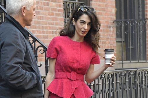 Amal Clooney de camino al trabajo sin maquillaje en Nueva York