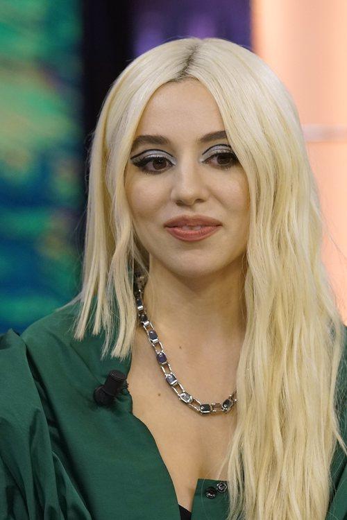 Ava Max con eyeliner dramático en 'El Hormiguero'