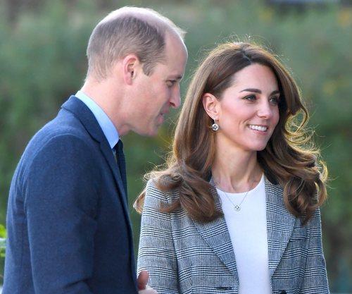 Kate Middleton con la melena con ondas voluminosa en un acto de voluntariado en Londres