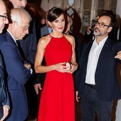 La Reina Letizia apuesta por el rojo en su visita a la exposición 'España y Cuba: Contigo en la distancia' en La Habana