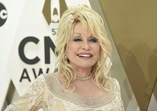 Dolly Parton con un beauty look casero en los premios CMA 2019