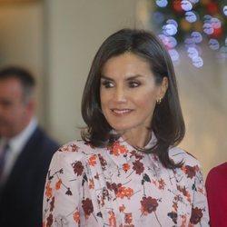 La Reina Letiz con maquillaje rosado y pelo liso en el Rastrillo solidario Nuevo Futuro