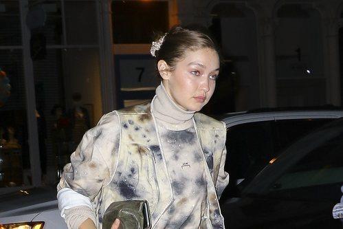 Gigi Hadid sin maquillaje y moño en Nueva York