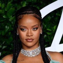 Rihanna con trenzas de raíz en los Fashion Awards 2019