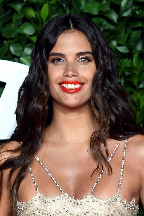 Sara Sampaio con labial rojo anaranjado y smokey eye marrón los British Fashion Awards 2019