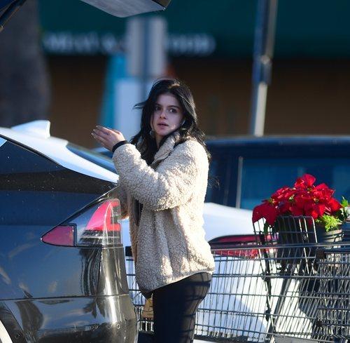 Ariel Winter con melena despeinada de compras por Los Ángeles