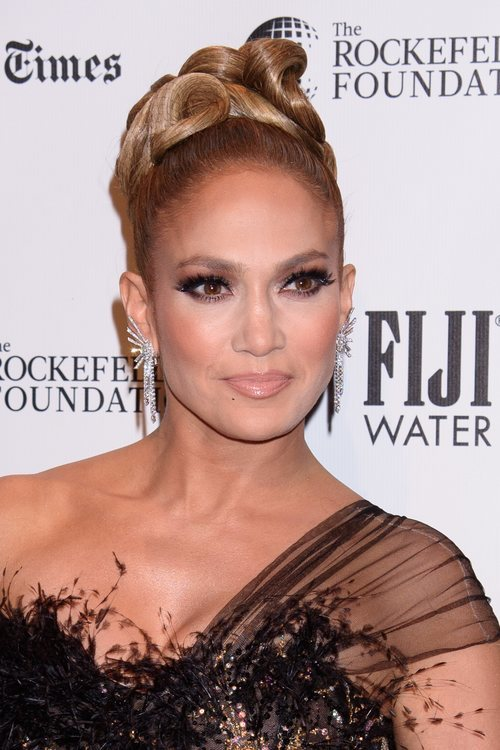 Jennifer Lopez con smokey eye y labial nude en los Gotham Awards 2019