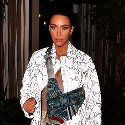 Kim Kardashian con counturing dramático y polvos de sol en Miami