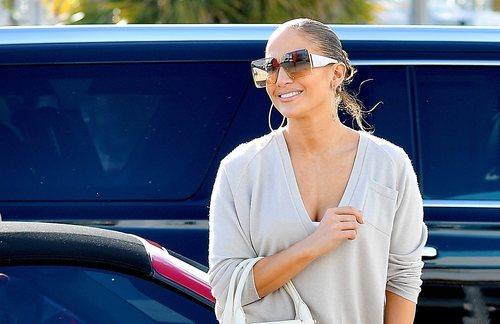 Jennifer Lopez con gloss y gafas oversized en Los Ángeles