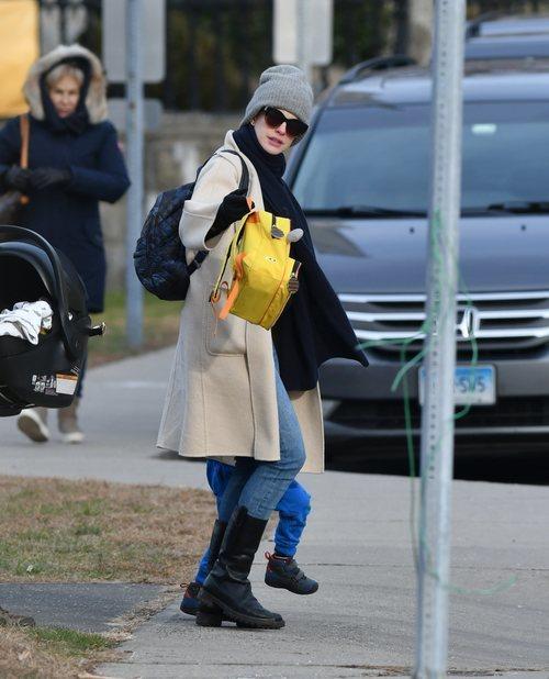 Anne Hathaway sin maquillaje y gorro gris en Nueva York