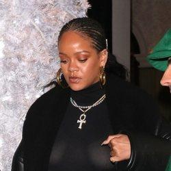 Rihanna con maquillaje y exceso de brillos en Londres