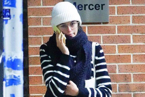 Kaia Gerber sin maquillaje y gorro blanco de lana en Nueva York