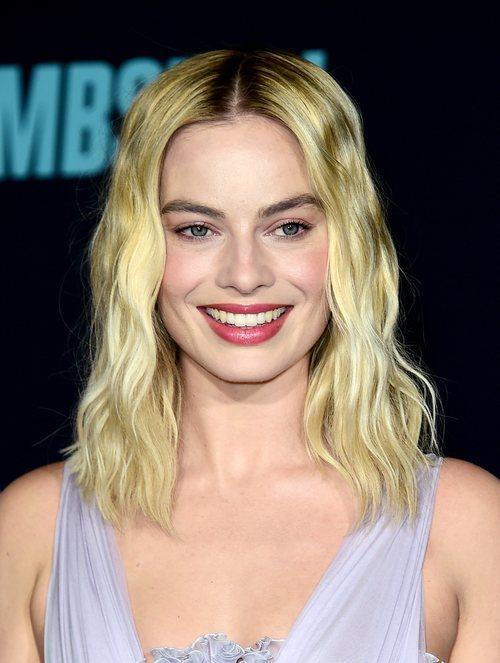 Margot Robbie con ondas desenfadas en la premiere de 'Bombshell' en Los Ángeles