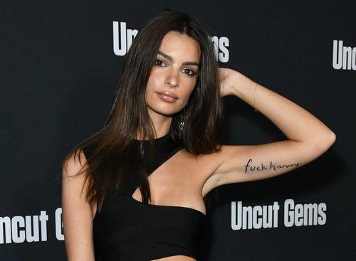 Emily Ratajkowsi con smokey eye y mensaje protesta en el brazo en la premiere de 'Unctut Gems'